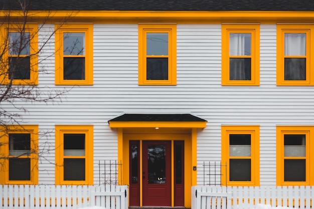 Casa de madeira branca e marrom