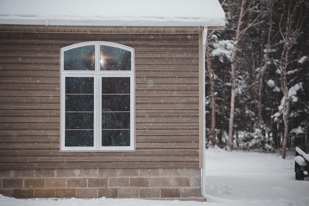 Casa de madeira cinza no inverno