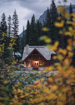 Casa de madeira com folhas de outono no lago esmeralda no parque nacional de yoho