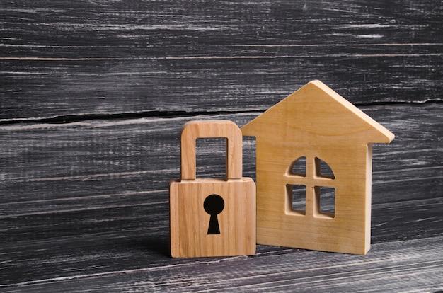 Casa de madeira com um cadeado. casa com um cadeado. segurança e segurança, garantia