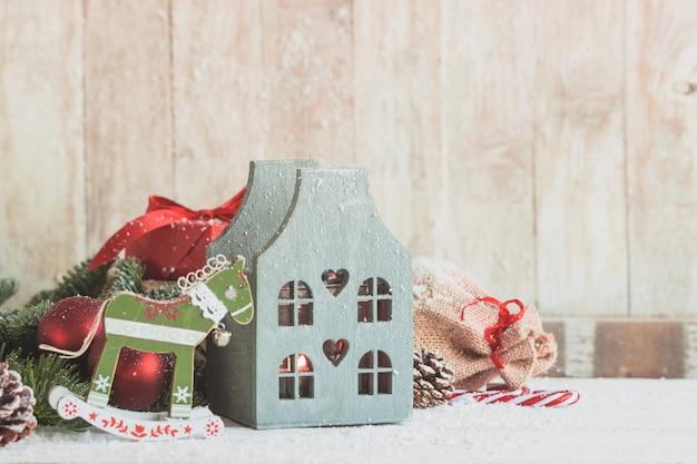 Casa de madeira com um cavalo do brinquedo ao lado dele