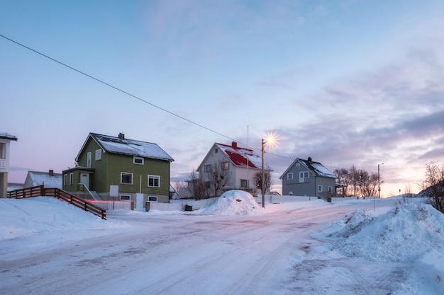 Casa de madeira de árvore no inverno nevado