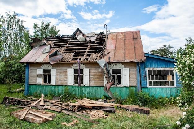 Casa de madeira depois de um incêndio