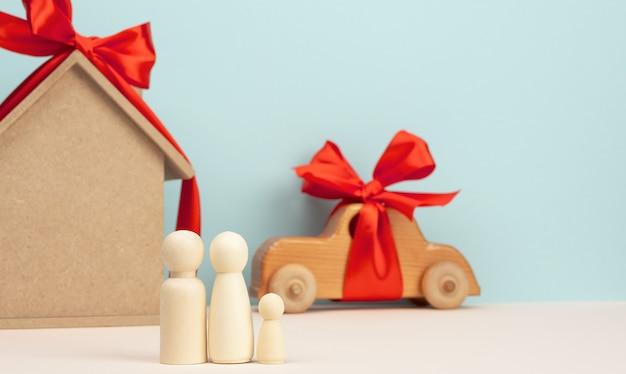 Casa de madeira e carro com figuras familiares em miniatura, conceito de hipoteca e empréstimo, close-up