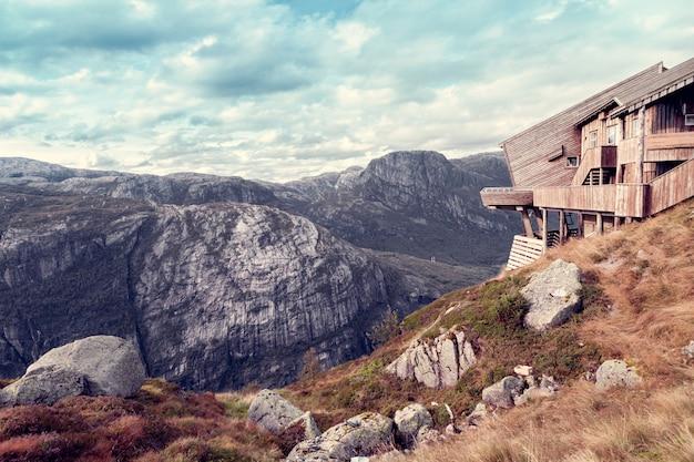 Casa de madeira em estilo hi-tech sobre o penhasco das montanhas