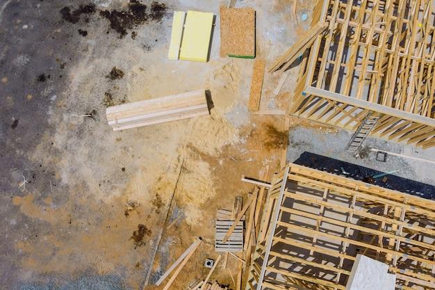 Casa de madeira em vigas americanas a vista da estrutura da estrutura do edifício em um novo enquadramento do empreendimento em construção