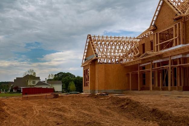 Casa de madeira em vigas americanas a vista da estrutura da estrutura do prédio em um novo enquadramento do empreendimento