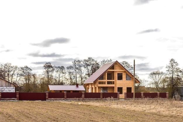 Casa de madeira inacabada.