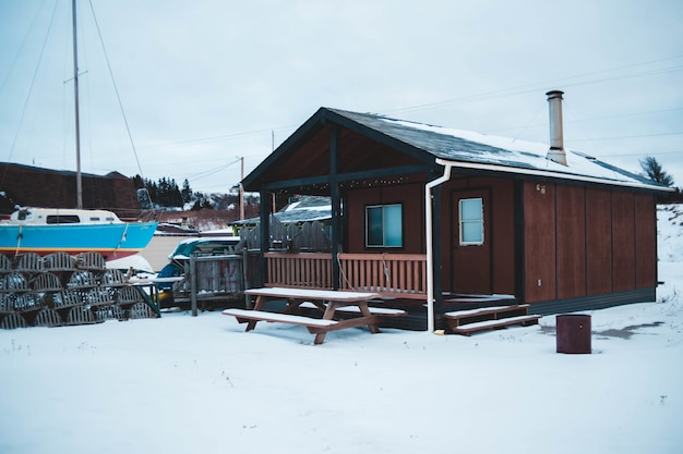 Casa de madeira marrom no inverno