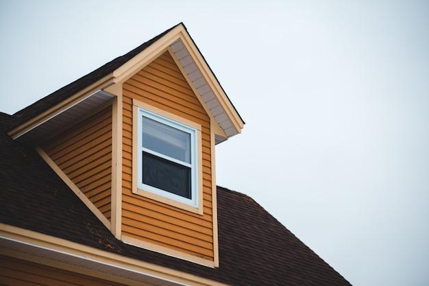 Casa de madeira marrom sob céu branco durante o dia