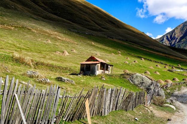 Casa de madeira na base da montanha