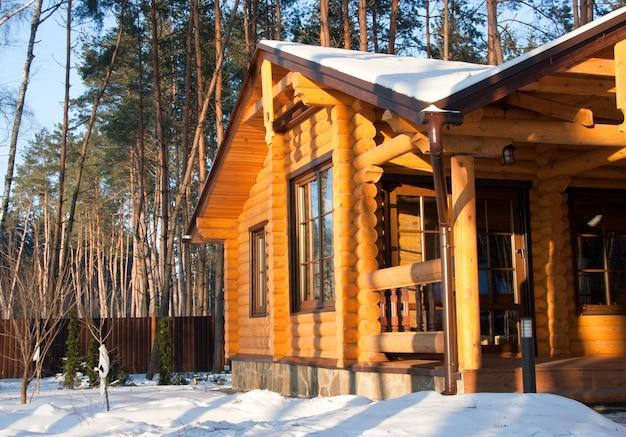 Casa de madeira na floresta de pinheiros pela manhã