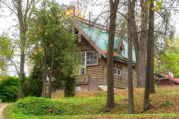 Casa de madeira na folhagem de outono