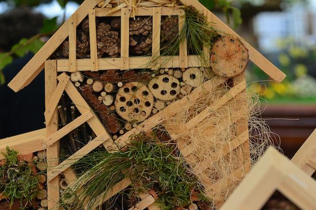 Casa de madeira para insetos casa decorativa closeup