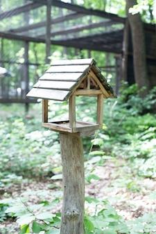 Casa de madeira para pizzas e esquilos. alimentador de animais
