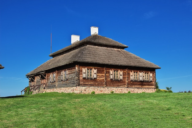 Casa de madeira rural com grama