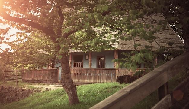 Casa de madeira rústica tradicional velha na floresta no dia ensolarado de primavera.
