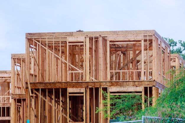 Casa de madeira telhado residencial construção casa enquadramento