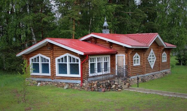 Casa de madeira turva com bela vista cercada por árvores.