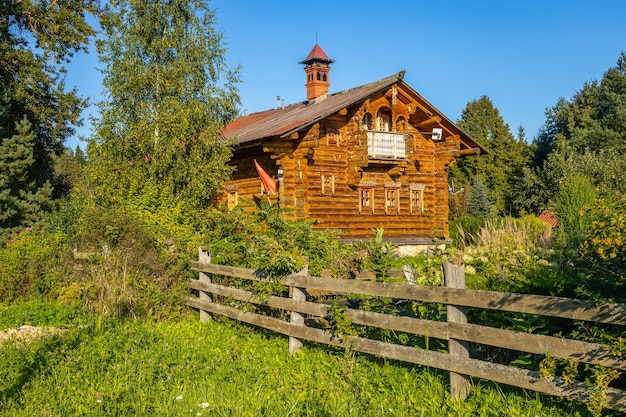 Casa de madeira um exemplo da arquitetura russa antiga a aldeia de svyatogorovo dmitrov