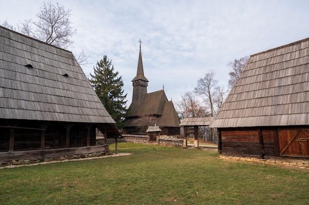 Casa de madeira velha em uma vila