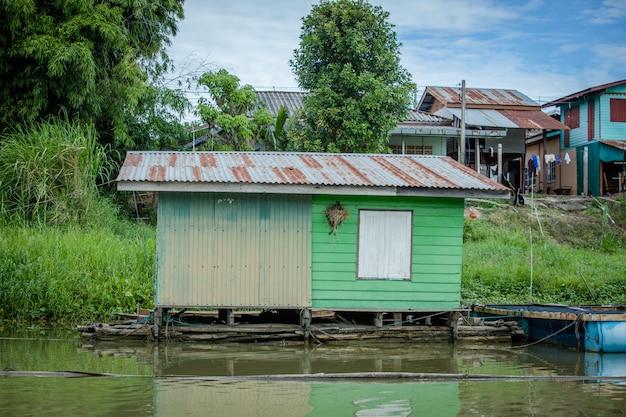 Casa de madeira velha no rio