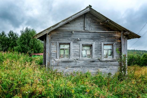 Casa de madeira velha pelo rio. paisagem bonita.
