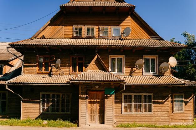 Casa de madeira vintage antiquada nas montanhas