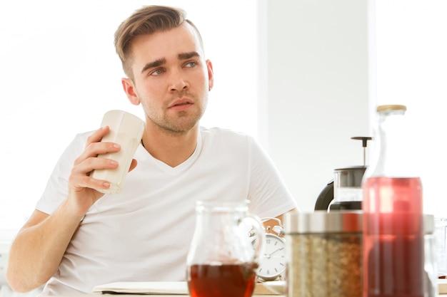 Casa de manhã. homem junto à mesa