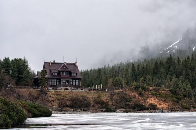 Casa de montanha nas montanhas tatra, lago morskie oko, polônia