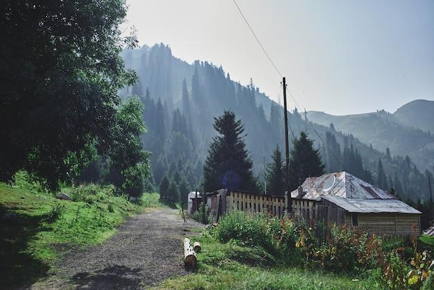 Casa de montanha, paisagem verde verão no cazaquistão almaty, natureza de zailiysky alatau