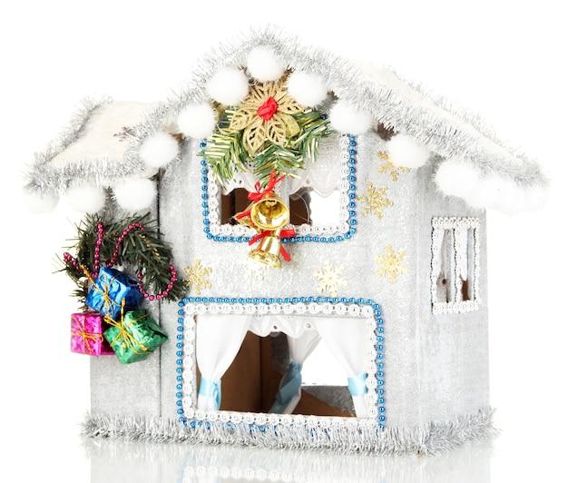 Casa de natal decorada isolada em branco