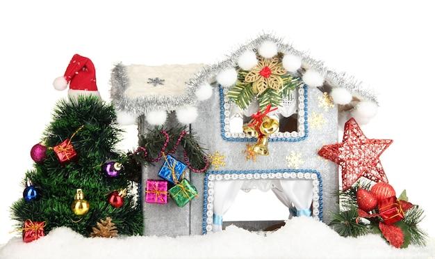 Casa de natal decorada isolada