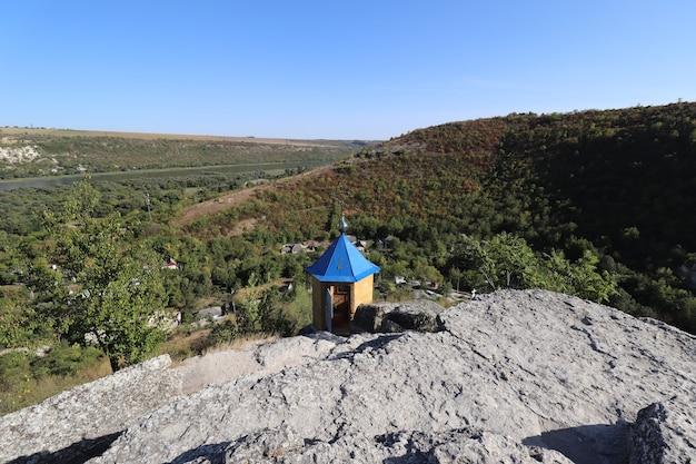 Casa de oração no topo de uma colina verde
