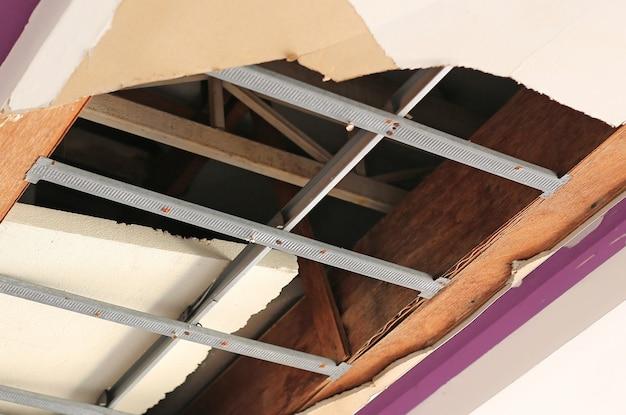 Casa de painéis de teto quebrado enorme buraco. teto danificado.