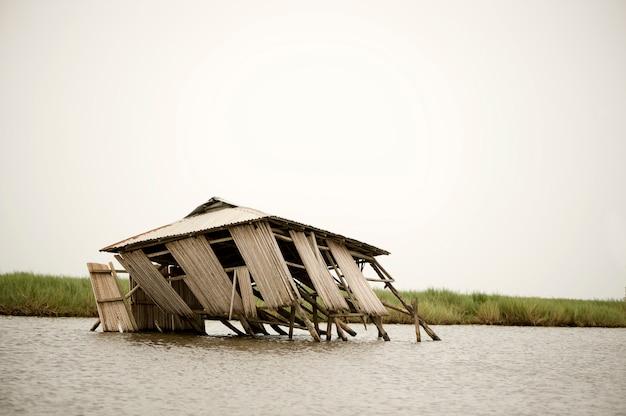 Casa de palafitas desmoronada na lagoa de ganvie em benin