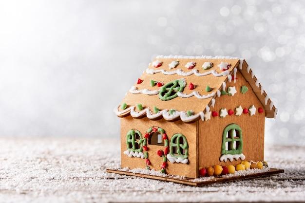 Casa de pão de mel de natal em fundo branco brilhante
