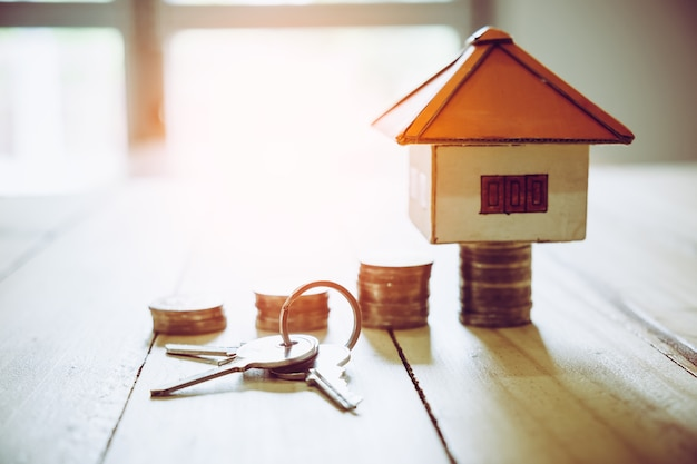 Casa de papel com chave no fundo da parede de madeira