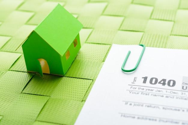Casa de papel e formulário fiscal