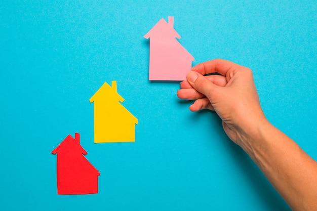 Casa de papel na mão empresária. conceito de empréstimo à habitação, casa familiar