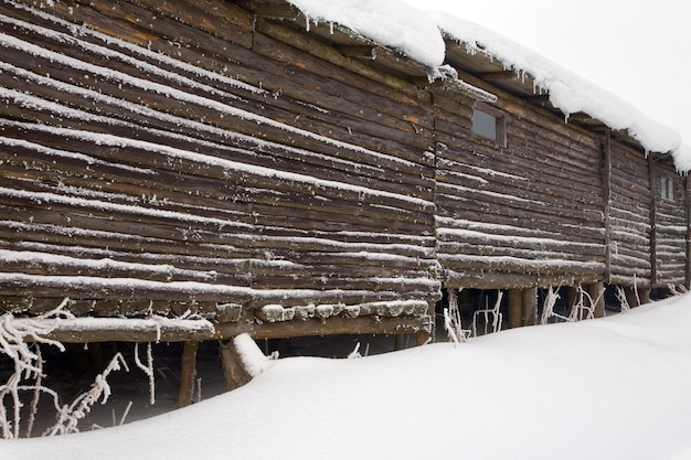 Casa de parede de madeira no topo da montanha de inverno
