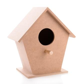 Casa de passarinho de madeira para decoração feita à mão, isolada no branco