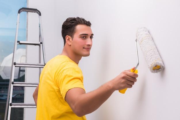 Casa de pintura do homem no conceito de bricolage
