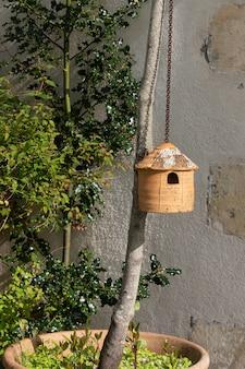 Casa de terracota para as mamas dos pássaros
