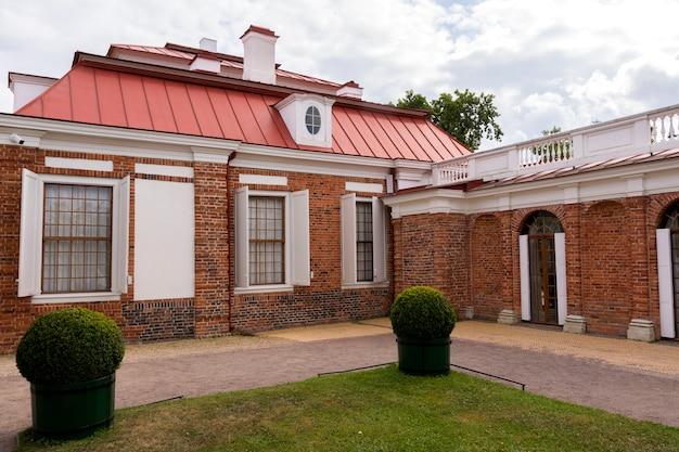 Casa de tijolo em uma propriedade rural
