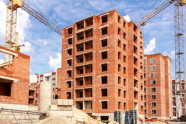 Casa de tijolos de vários andares em construção