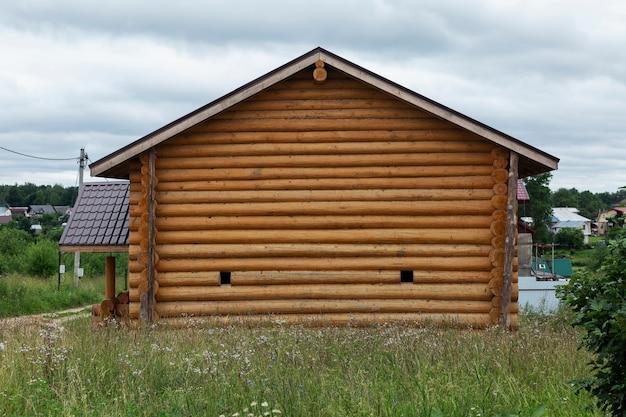 Casa de toras na aldeia. fechar-se.