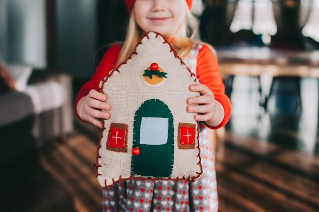 Casa de travesseiro nas mãos das crianças