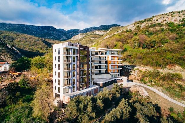 Casa de vários andares na arquitetura montenegrina do mar