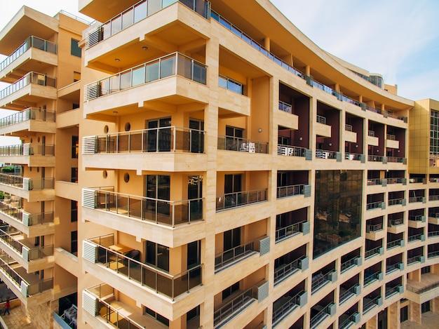 Casa de vários andares no mar arquitetura montenegrina reais